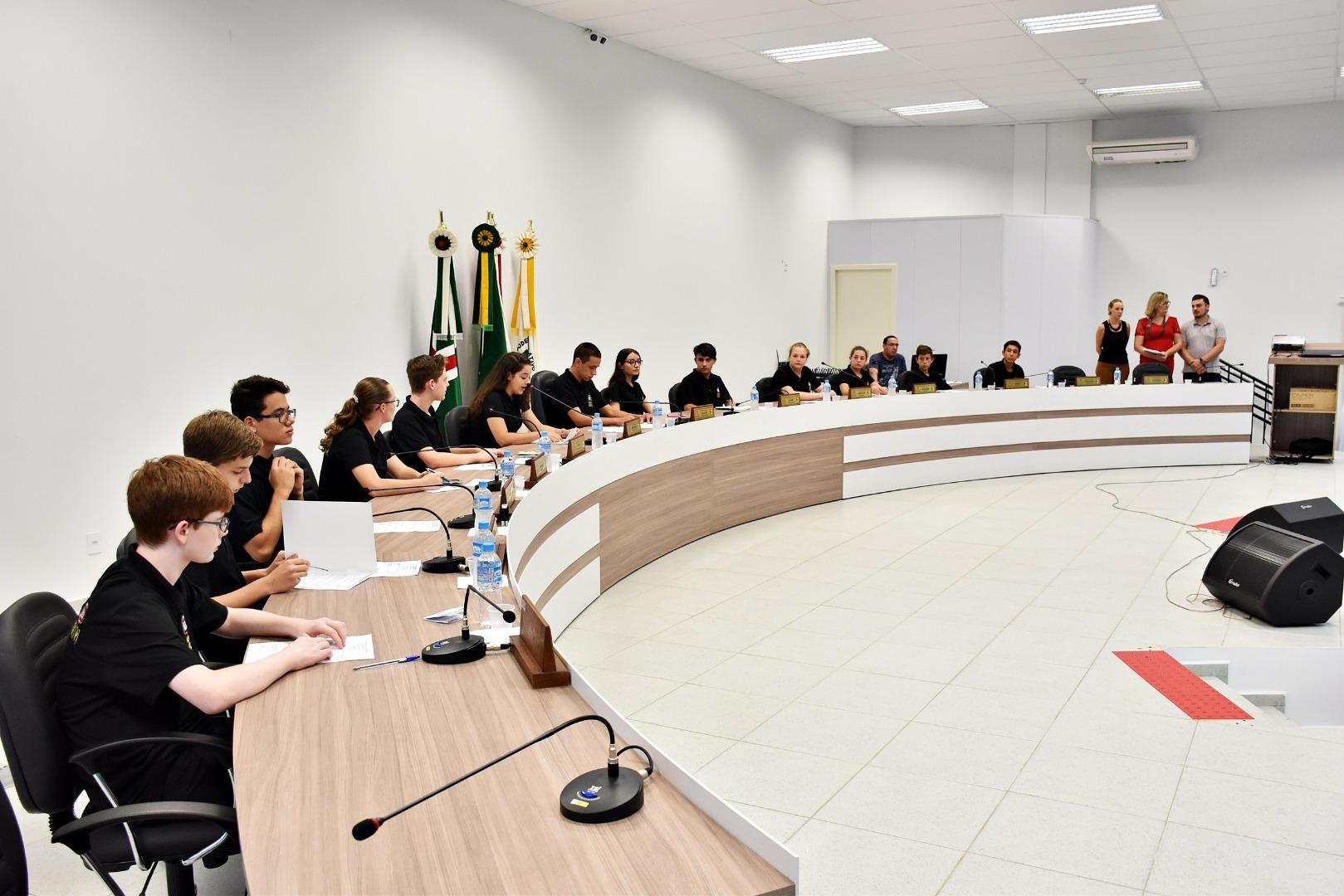 Vereadores mirins formam comissões e apresentam pedidos