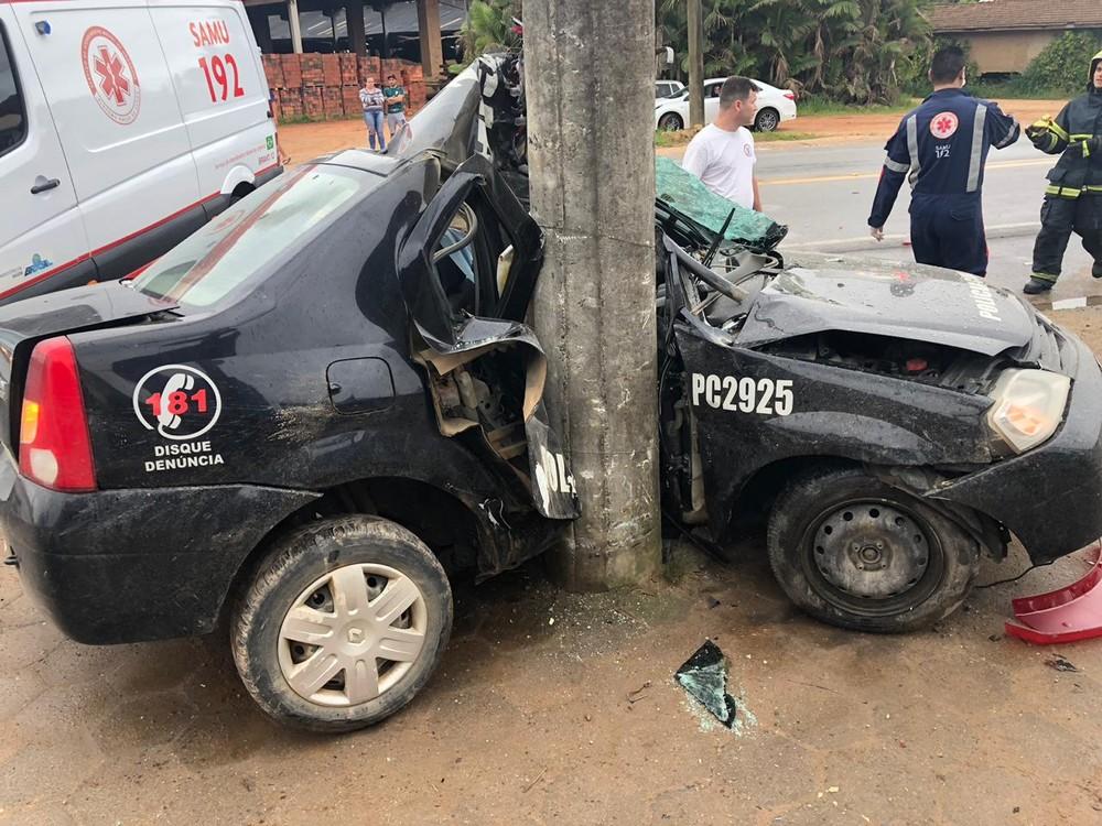 Policial morre após viatura colidir com poste no litoral de SC