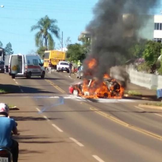 Carro e moto pegam fogo depois de acidente