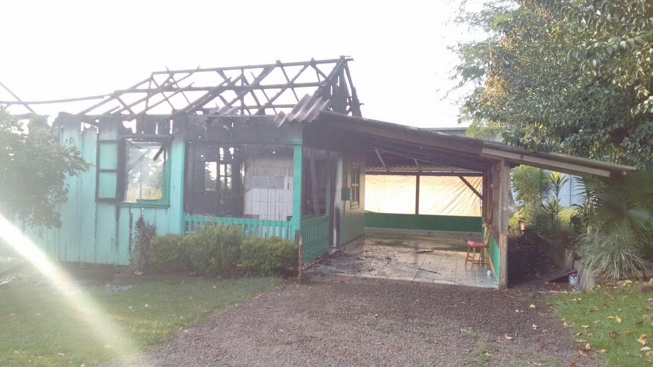 Incêndio destrói casa no interior de Itapiranga