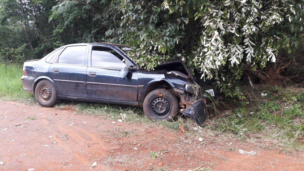 Carro sai da pista após pneu estourar e motorista perder o controle em Descanso