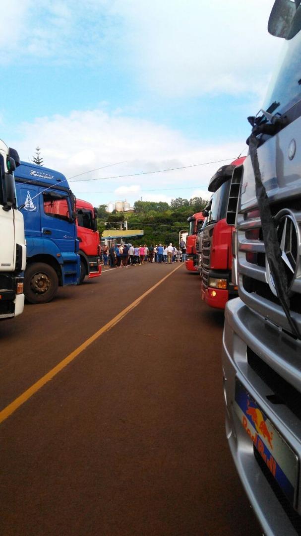 Caminhoneiros homenageiam motorista morto em acidente