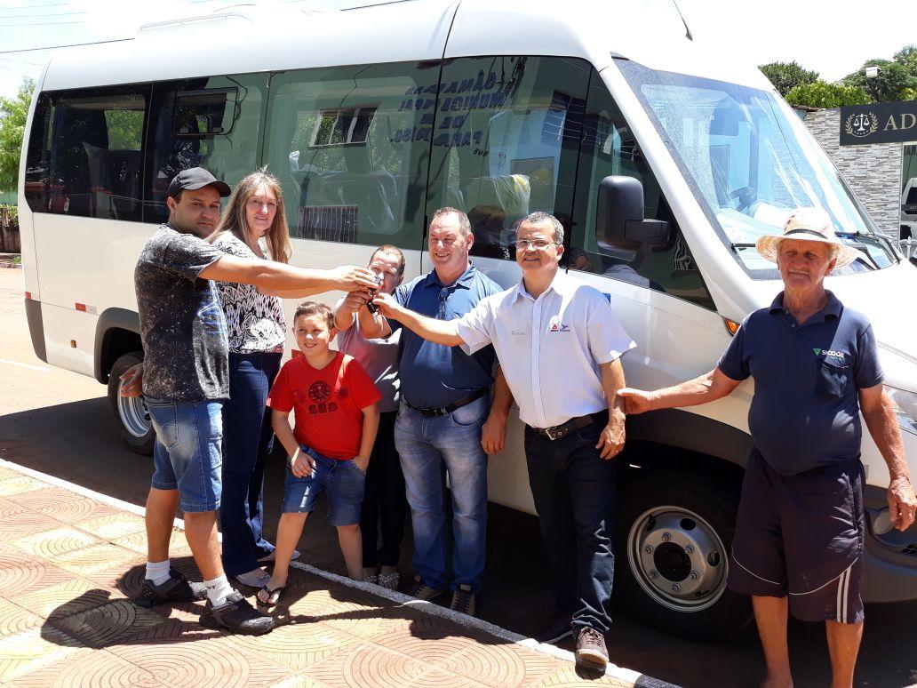 Prefeitura de Paraíso realiza entrega de micro-ônibus para a Saúde