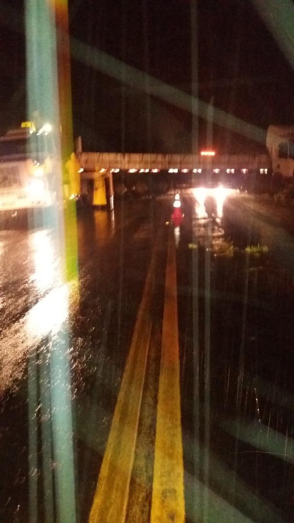 Acidente com caminhão na BR-282 deixa pista bloqueada