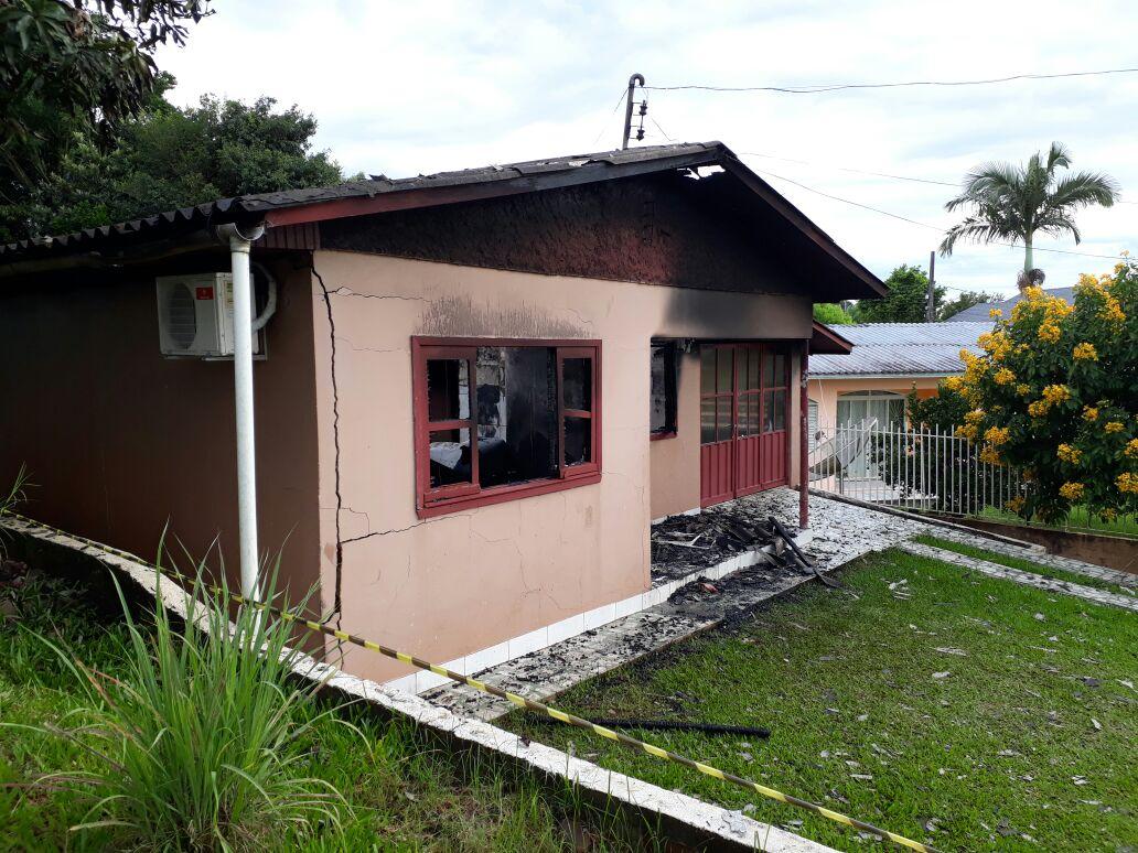 Residência fica completamente destruída em incêndio em São Miguel do Oeste