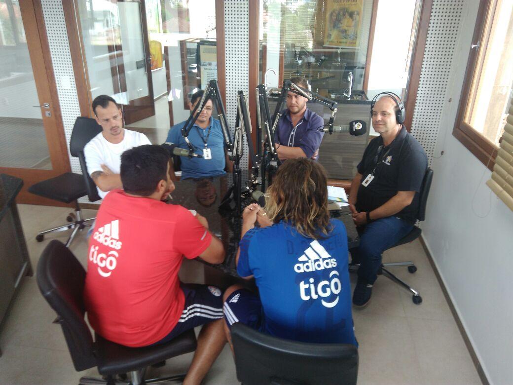 Jogadores do Paraguai participam do Show de Bola da Rádio Itapiranga