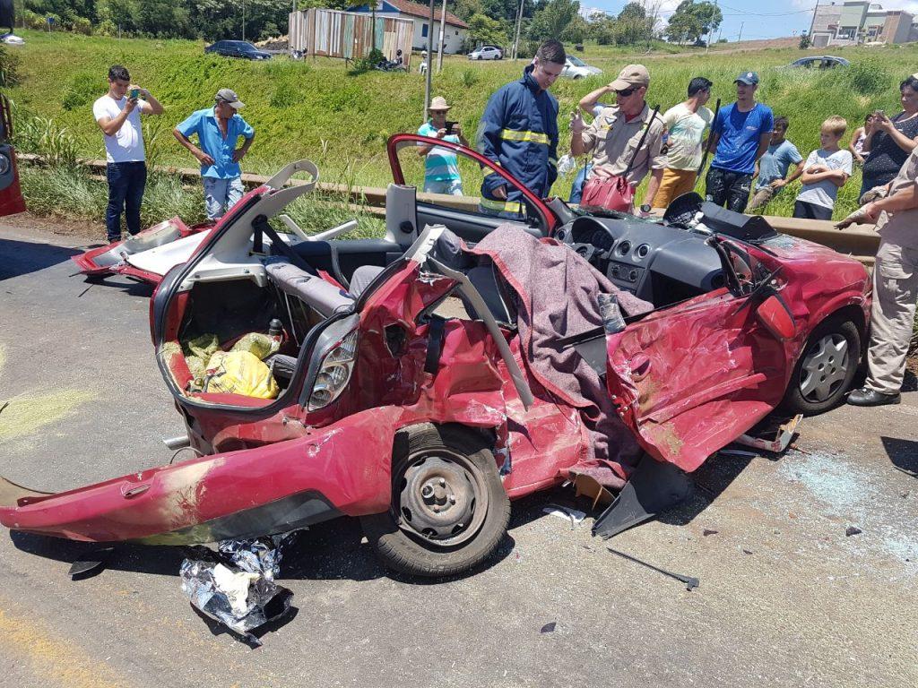 Colisão entre carro e caminhão deixa um morto e dois feridos