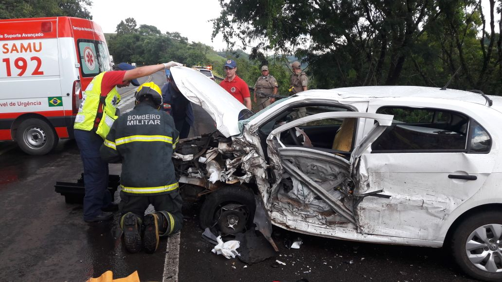 Colisão lateral entre caminhão e carro deixa mulher ferida na BR 282