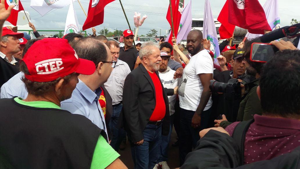 Movimentos sociais recepcionam Lula na Cooperoeste Terra Viva