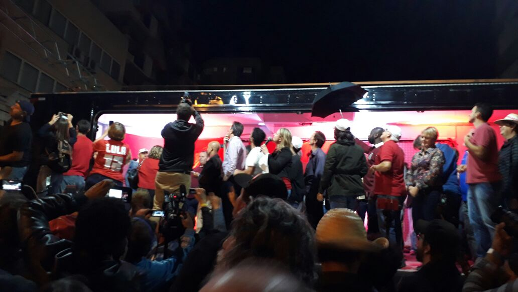 Pessoas que atacaram caravana de Lula serão processadas pelo PT