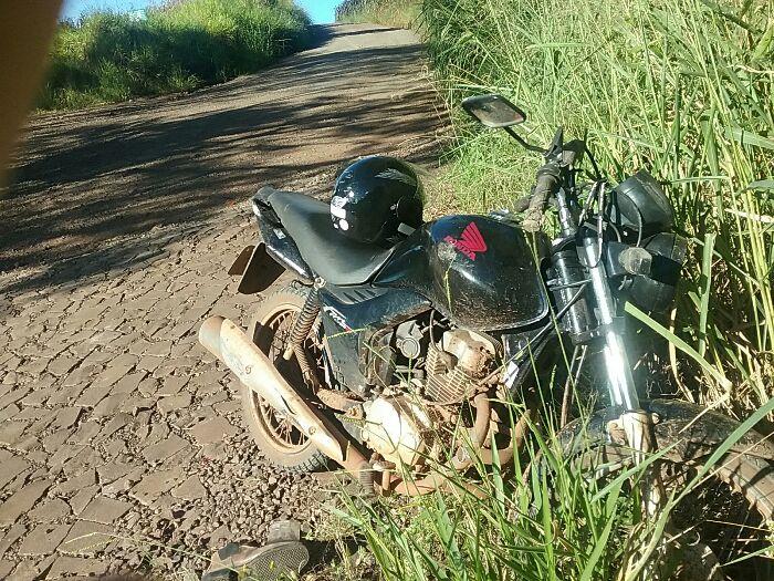 Homem sofre ferimentos graves após queda de moto na linha Alegre
