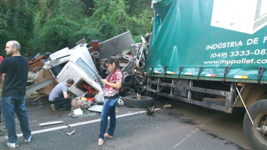 Acidente entre dois caminhões e moto deixa mortos na BR 282 em Maravilha
