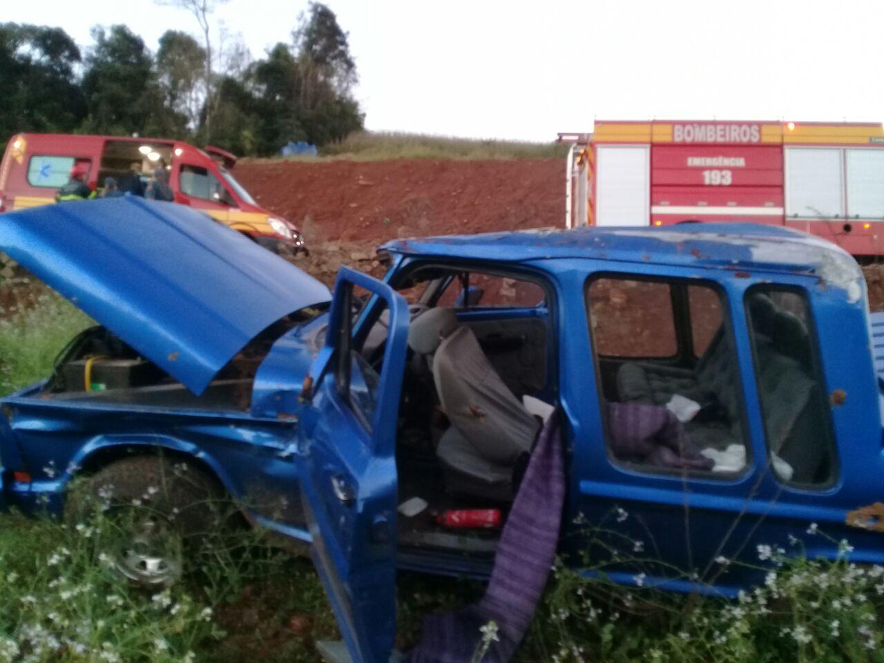 Casal de idosos fica ferido em capotamento de carro no interior de Cunha Porã