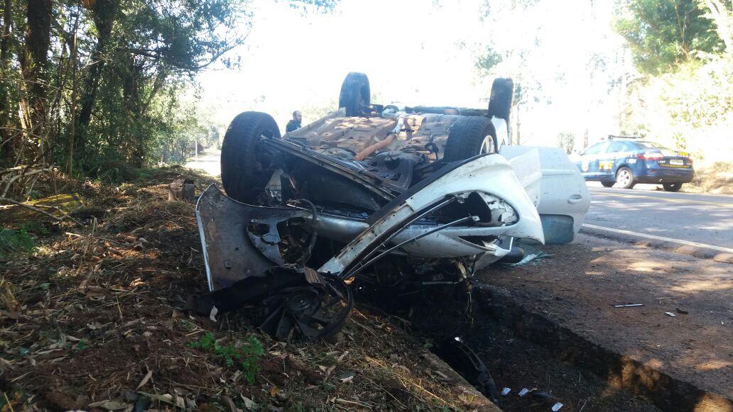 Condutora perde o controle e capota carro ao desviar de animal na pista na BR-282