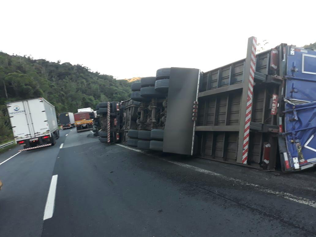 Caminhoneiro de São Miguel do Oeste se envolve em acidente em São Paulo
