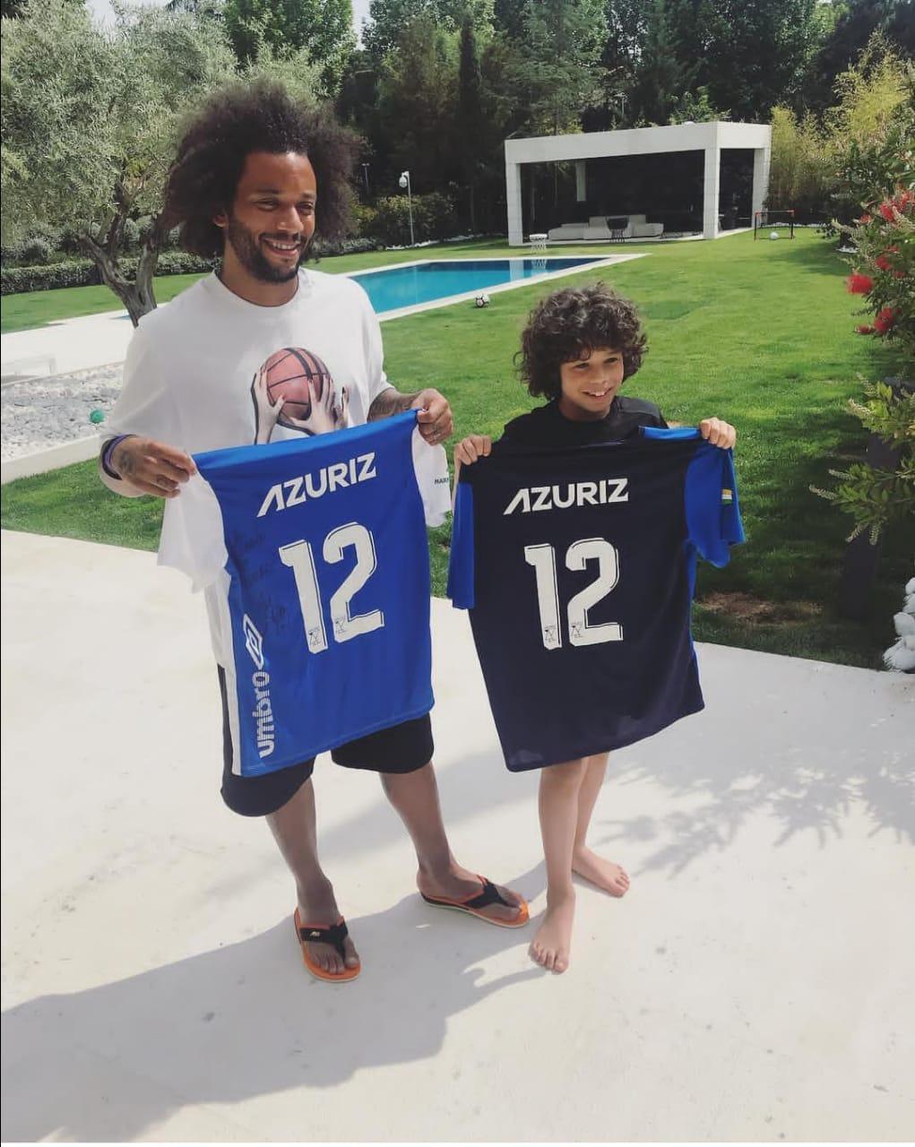 Jogador Marcelo recebe camisa da Azuriz de Campo Erê e Marmeleiro