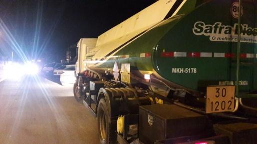 PRF faz escolta de caminhão com diesel para o Hospital Regional