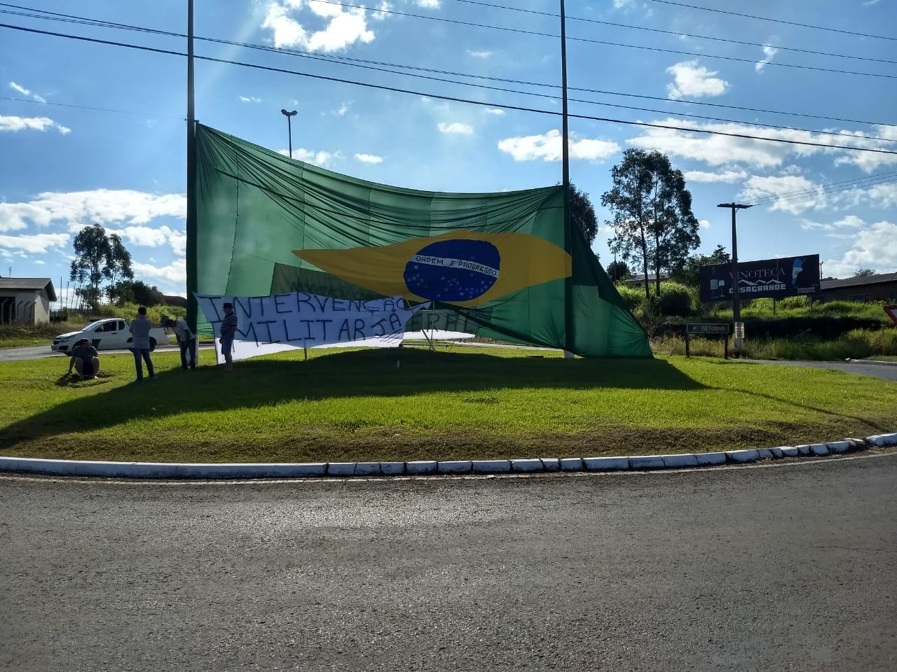 Motoristas de Guarujá do Sul estão parados no trevo da Cidade