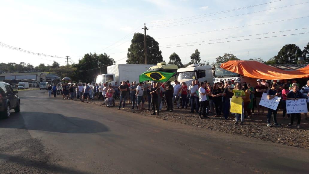 VÍDEO: Manifestantes demonstram apoio a caminhoneiros em São Miguel do Oeste