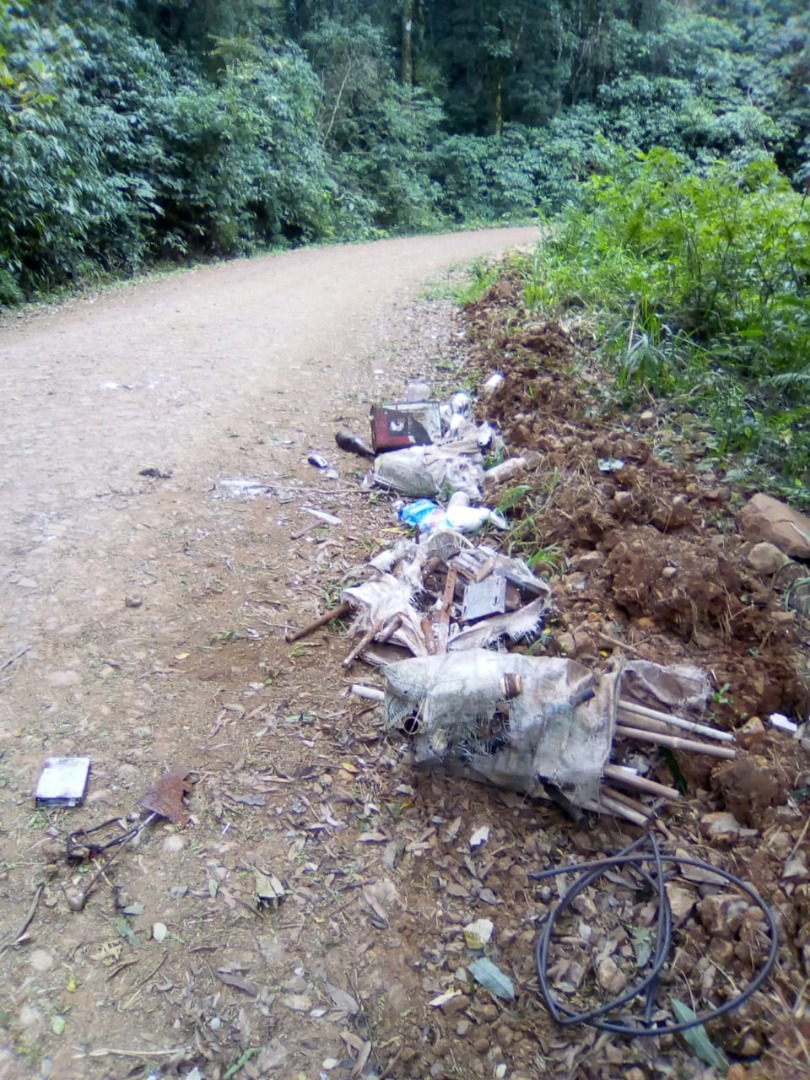 Morador denúncia lixo jogado em propriedade rural