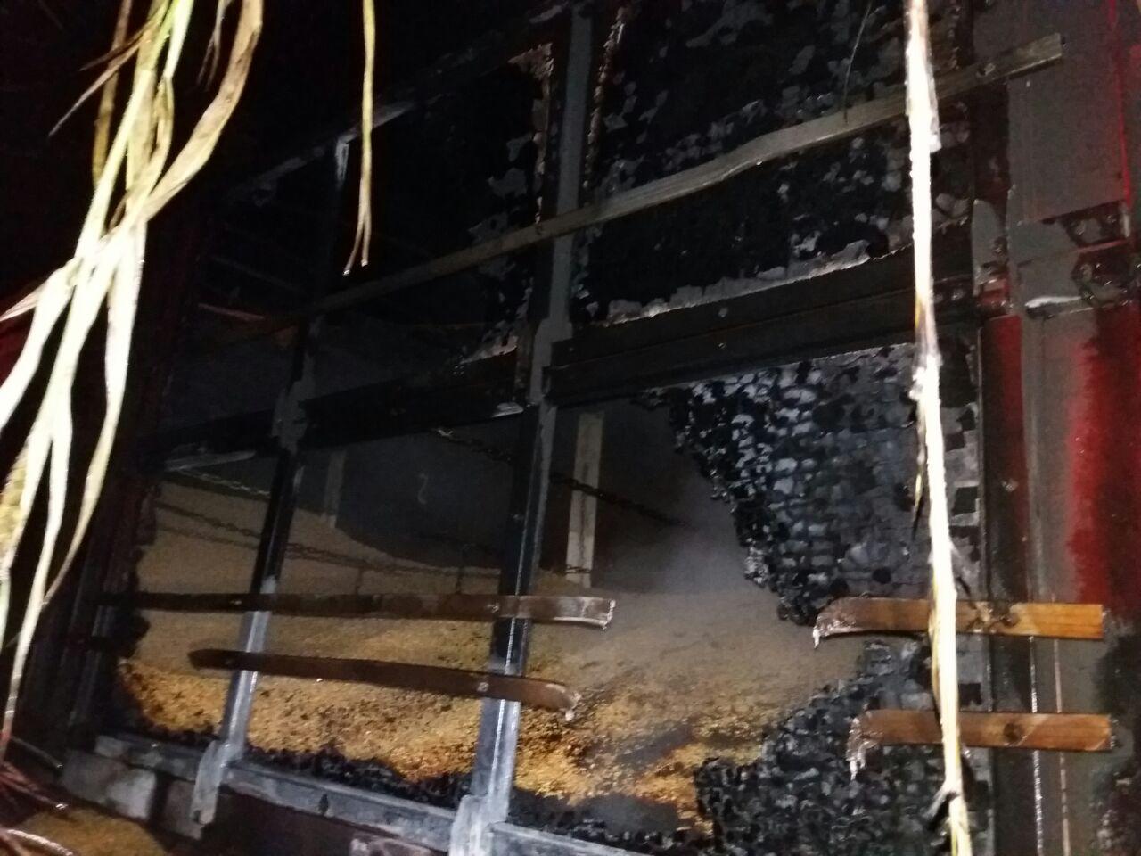 Bombeiros e PRF atendem incêndio em carreta na BR-282