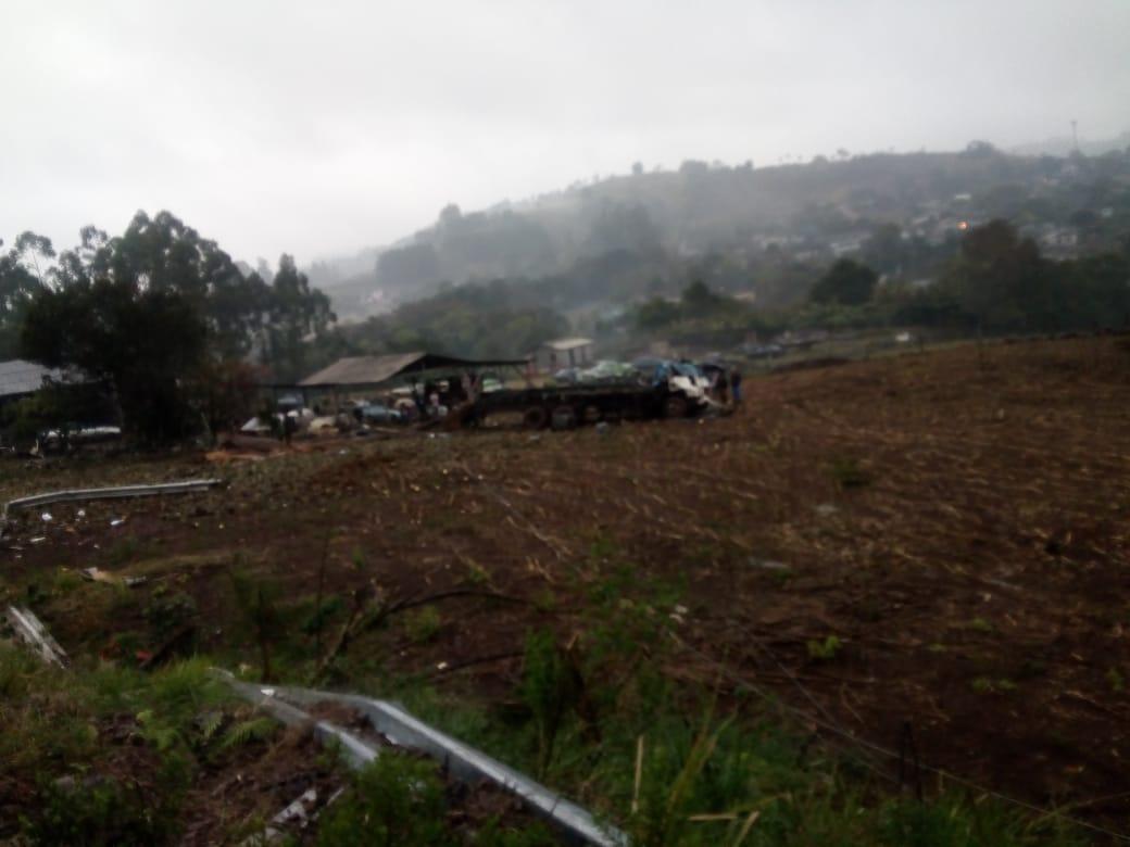 Caminhoneiro fica gravemente ferido em tombamento de caminhão na SC-161