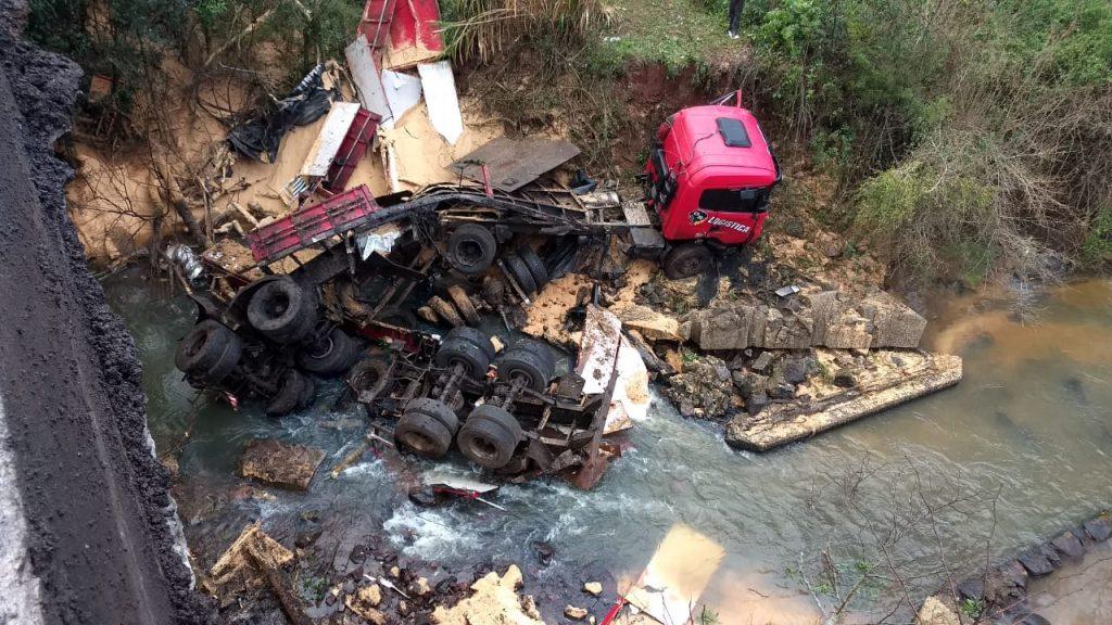 Carreta do Oeste de SC cai de ponte no Rio Grande do Sul