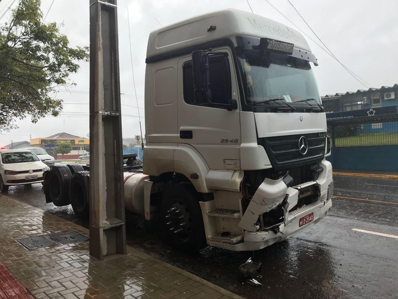 PM atende Colisão entre carro e caminhão em São Miguel do Oeste