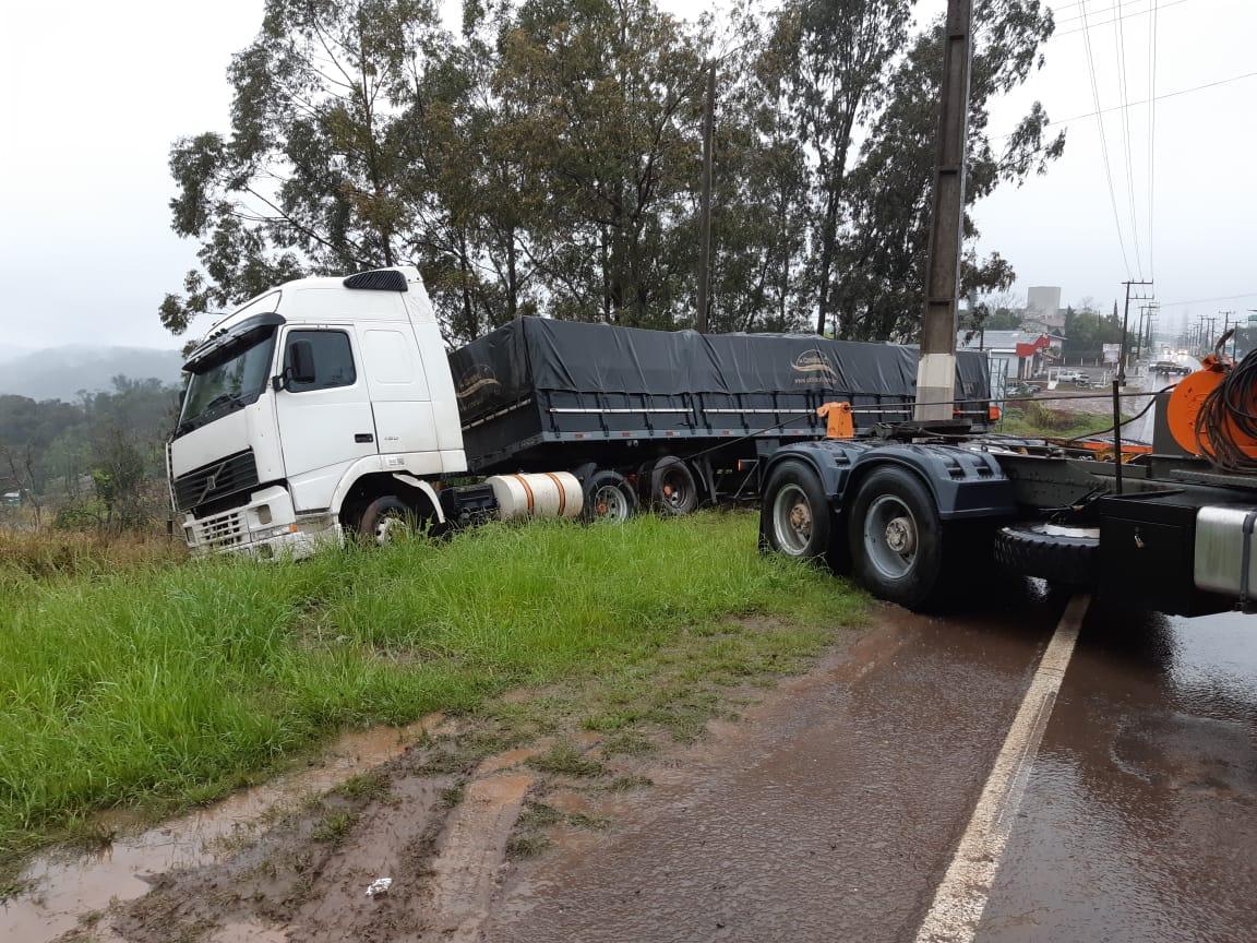 VÍDEO: Caminhoneiro sai da pista para evitar colisão com carro na Willy Barth