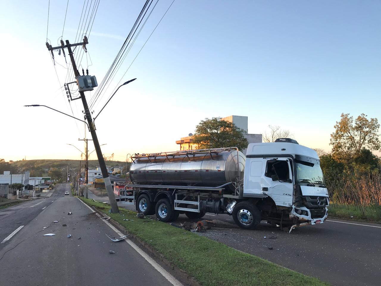 VÍDEO: Motorista dorme ao volante e caminhão bate em poste na Willy Barth