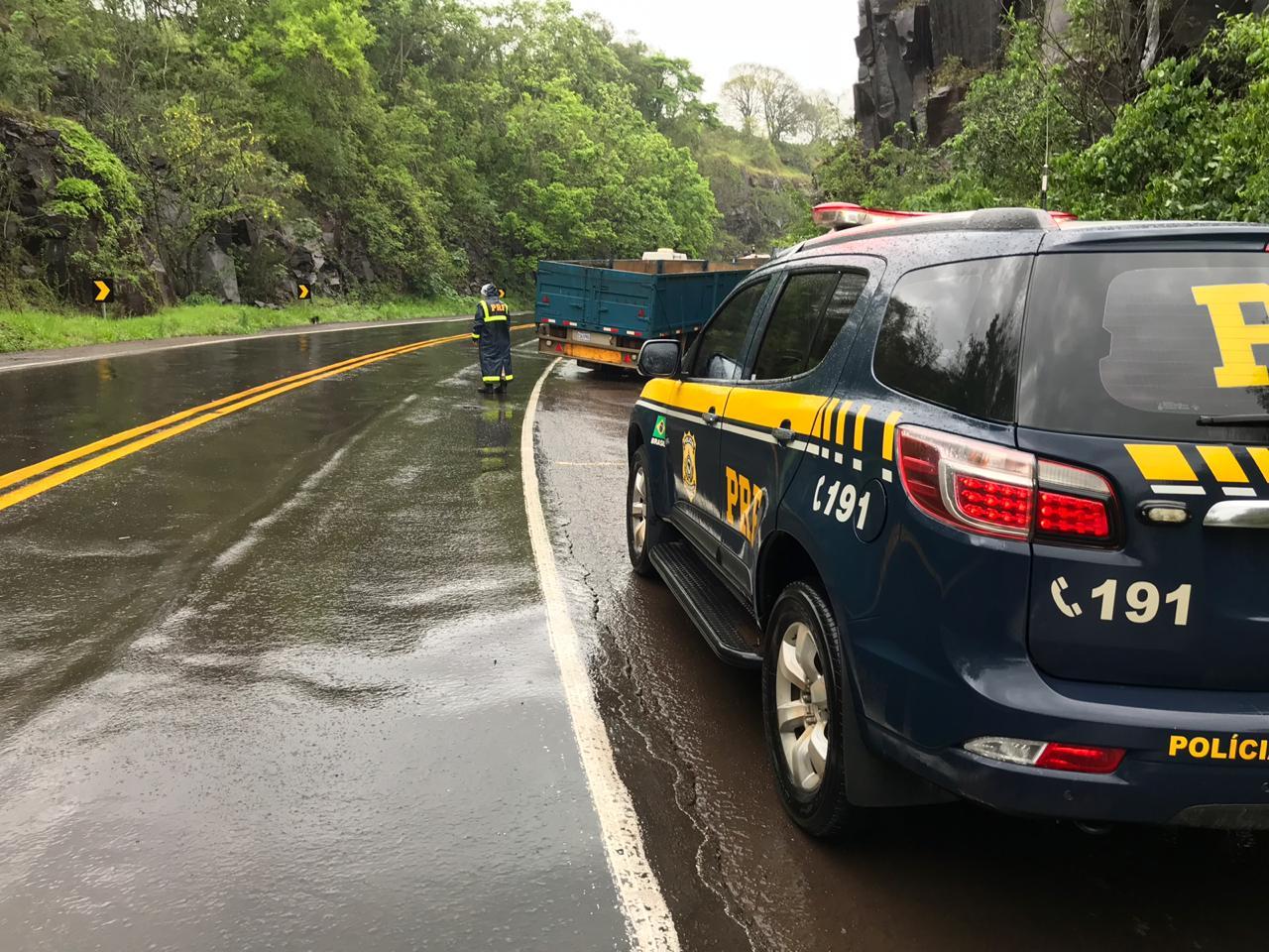Para evitar colisão frontal caminhoneiro boliviano sai da pista na BR-282