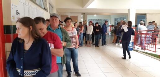 Filas seguem nos locais de votação em São Miguel do Oeste