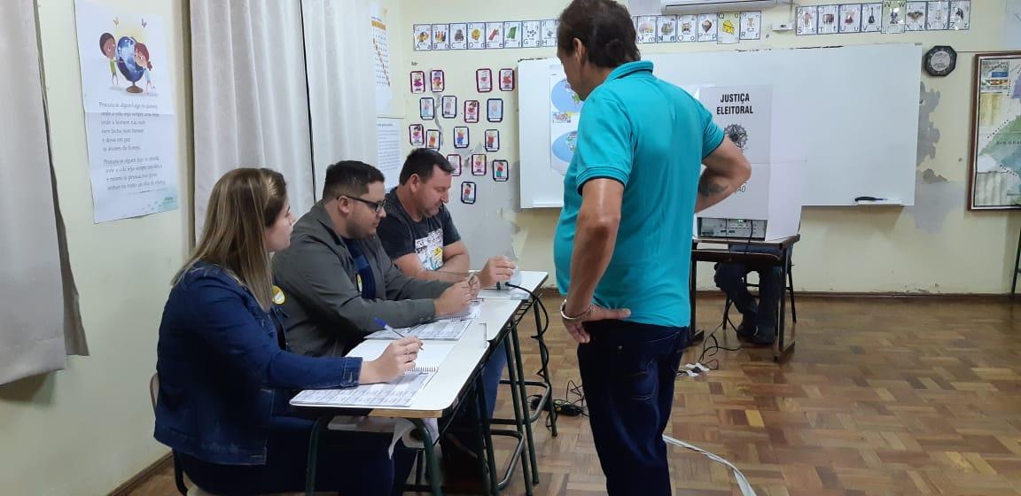 Eleitores começam a votar pelo sistema biométrico em São Miguel do Oeste