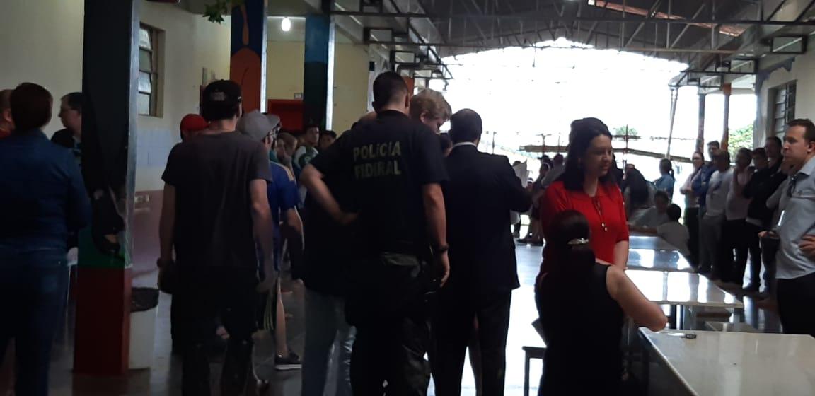Eleitora reclama de problema na urna e promotor explica situação