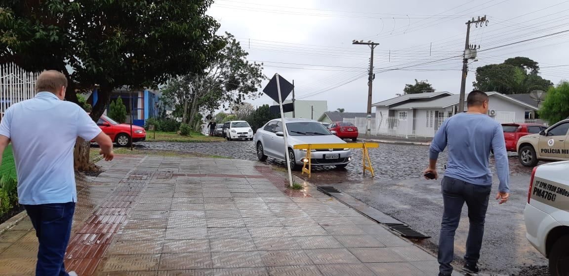 Eleitores enfrentam chuva para votar na tarde deste domingo