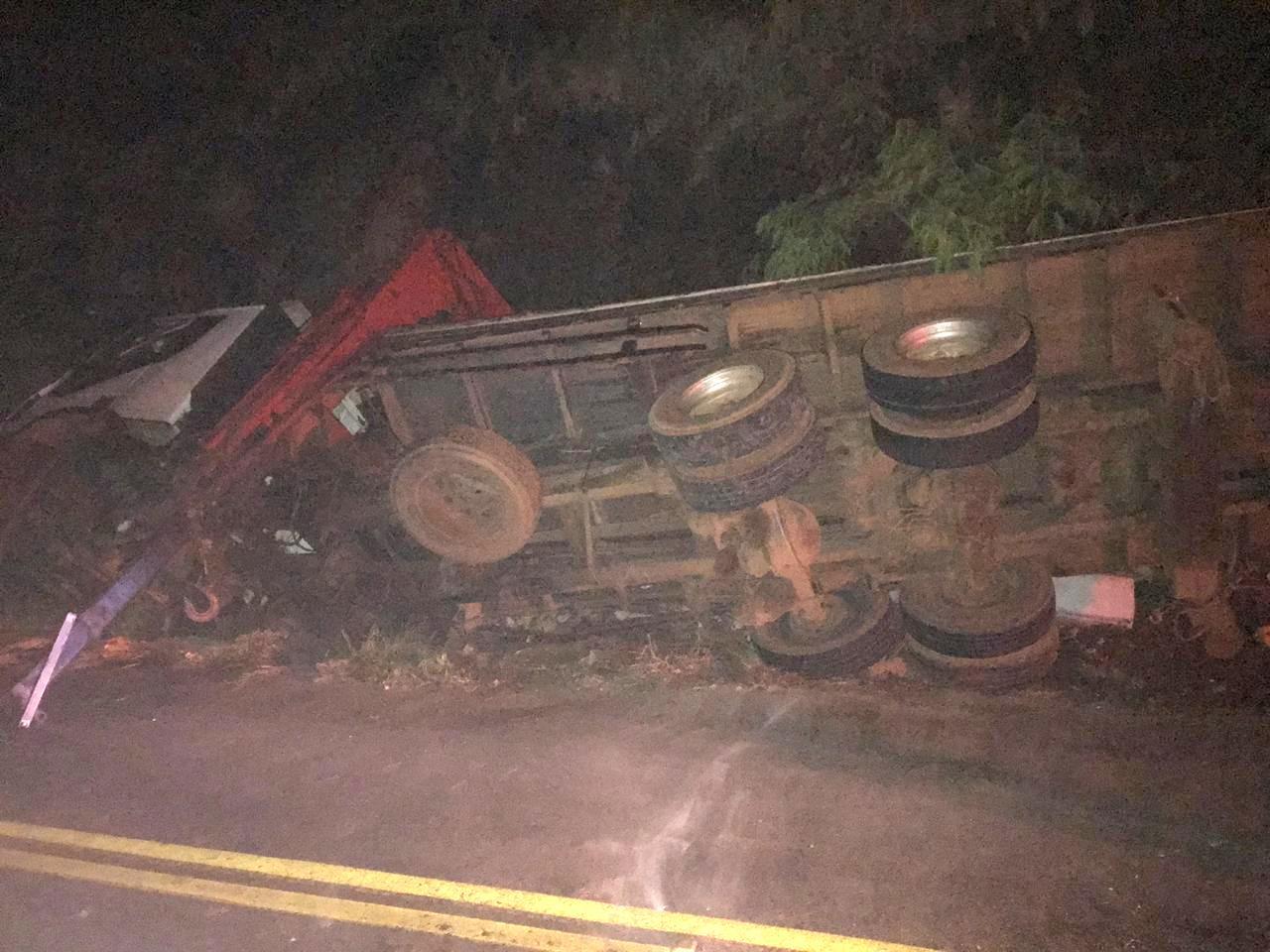 Tombamento de caminhão deixa dois feridos na SC-305