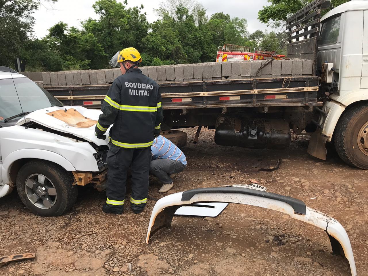 Colisão lateral envolve caminhão e S10 na BR-282
