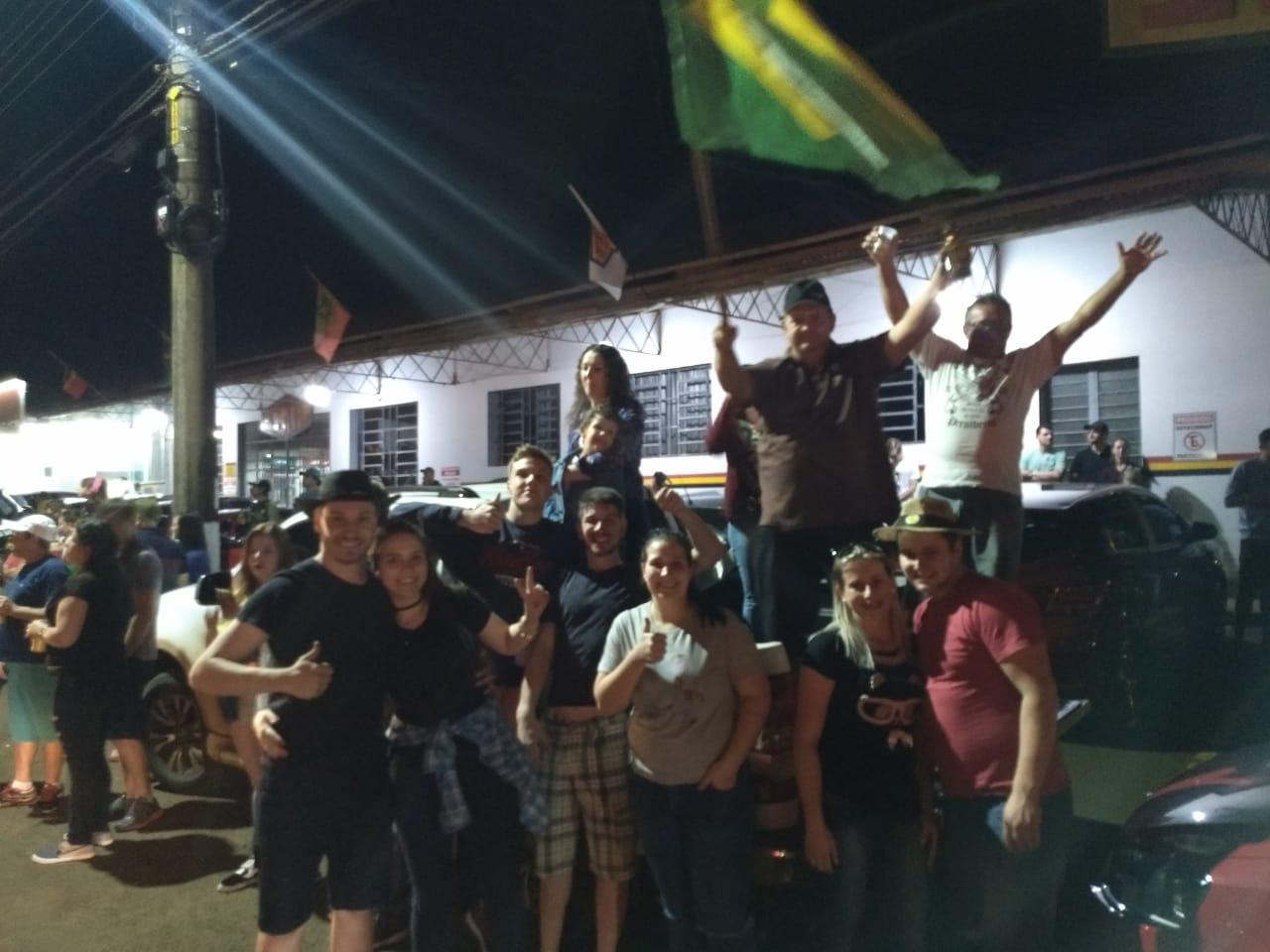 Eleitores de Bolsonaro e Comandante Moisés comemoram a vitória em São José do Cedro