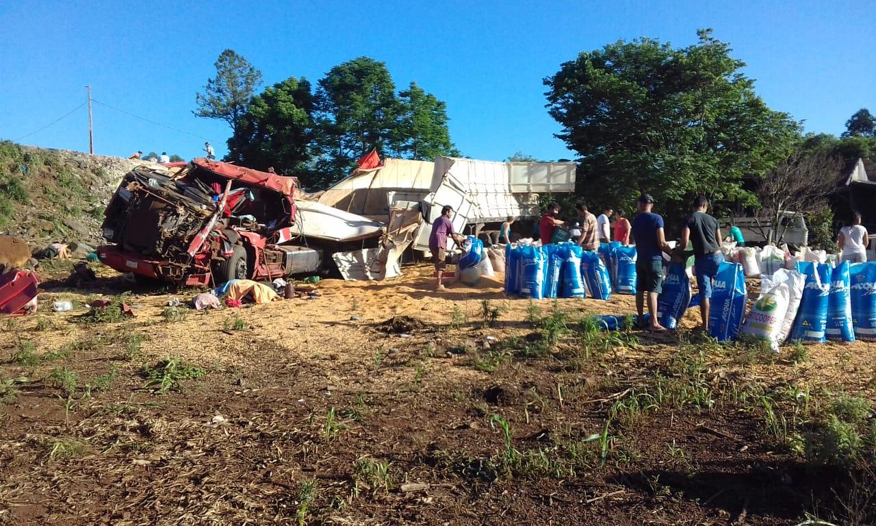 VÍDEO: Caminhoneiro morre em tombamento na SC-161 em Romelândia