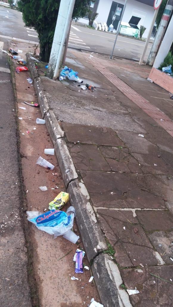 VÍDEO: Empresária denuncia mais uma vez lixo espalhado na Barão do Triunfo