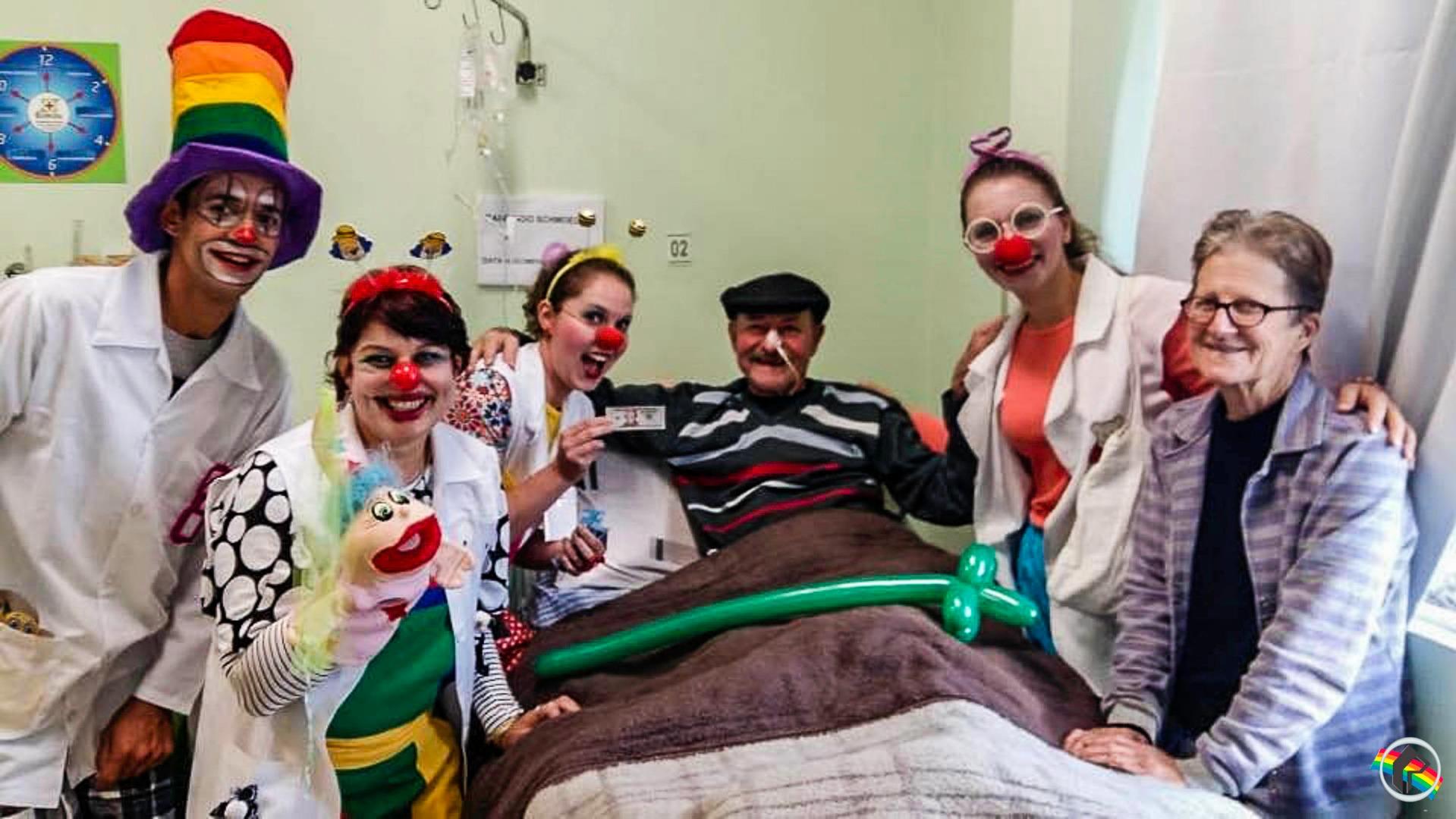 Projeto de palhaçoterapia leva sorrisos a pacientes hospitalizados na região