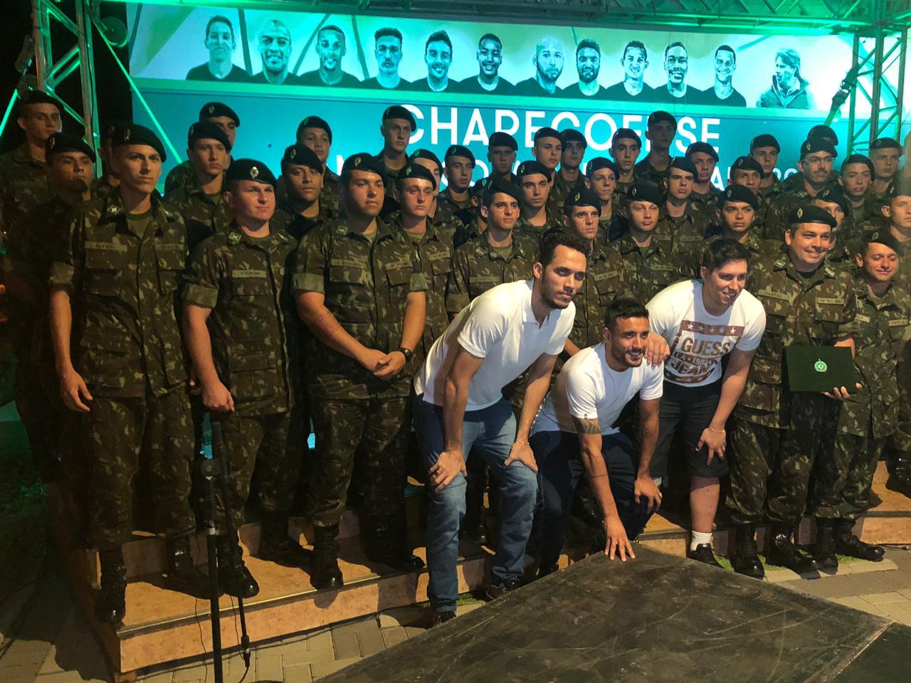 Militares do 14ºRCMec são homenageados em Chapecó