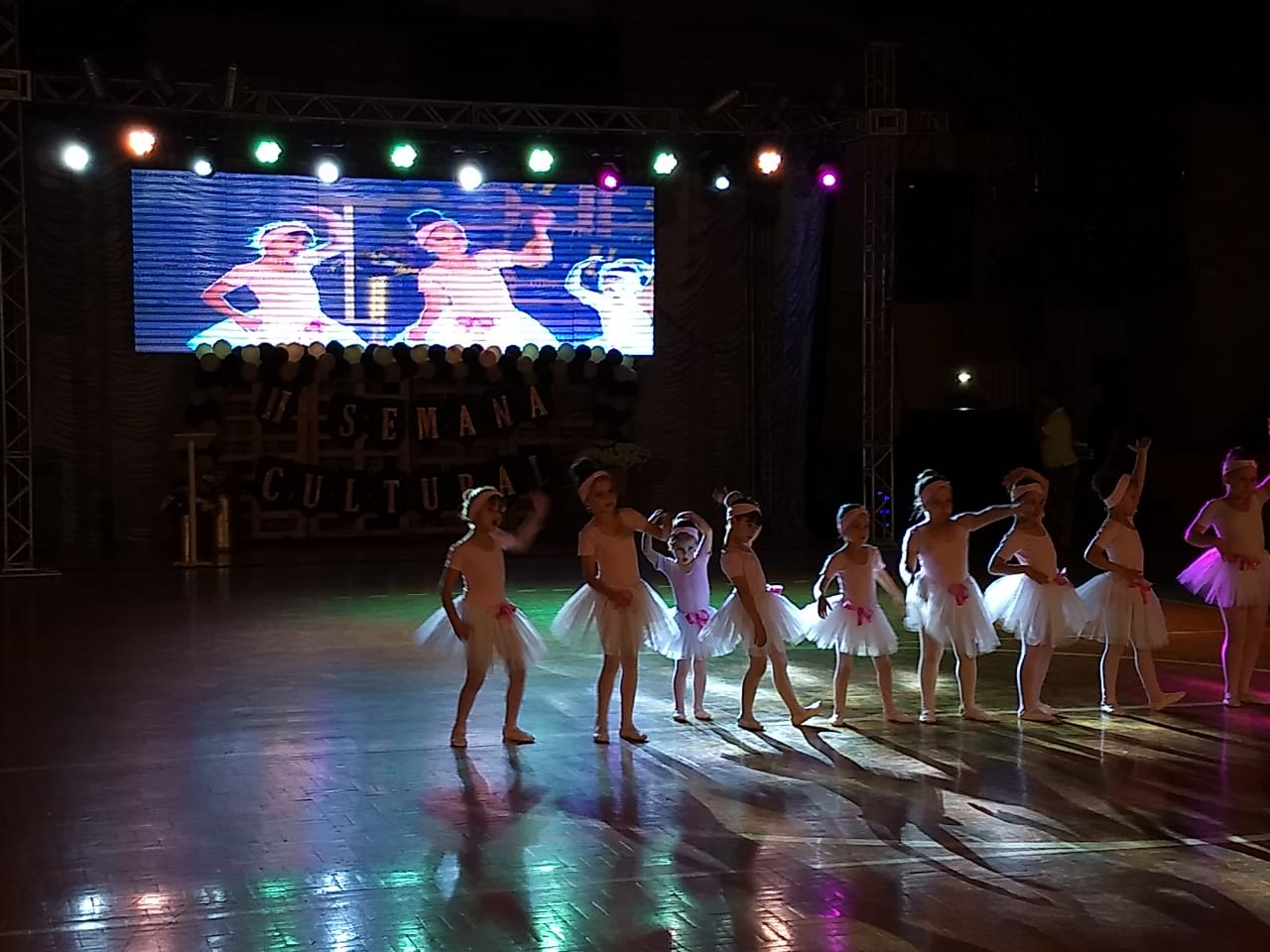 Público lota ginásio para acompanhar apresentações na semana cultural