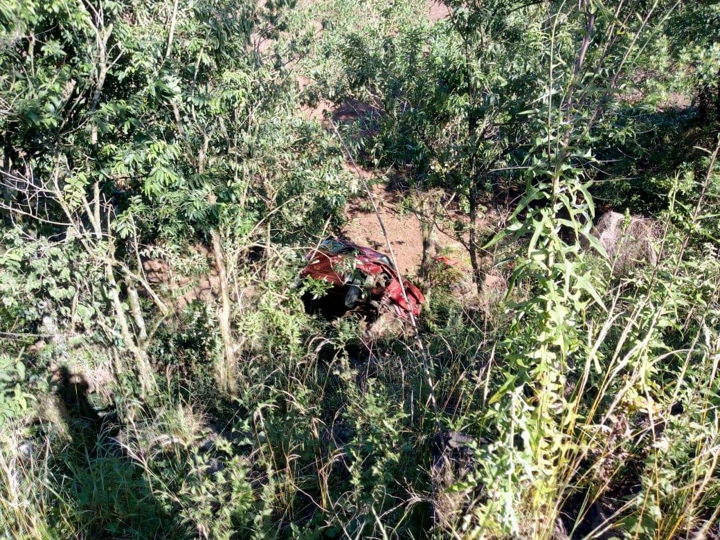 Mulher fica ferida em saída de pista e queda de veículo em ribanceira na BR 158