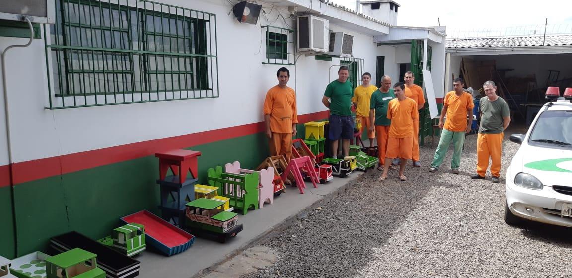 Unidade Prisional de SJCedro doa brinquedos para alunos do Colégio Cedrense