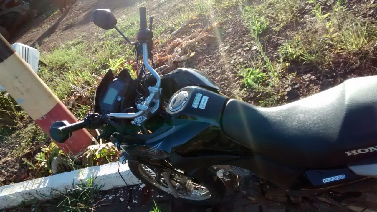 Mulher fica ferida em colisão de moto e carro na SC 163