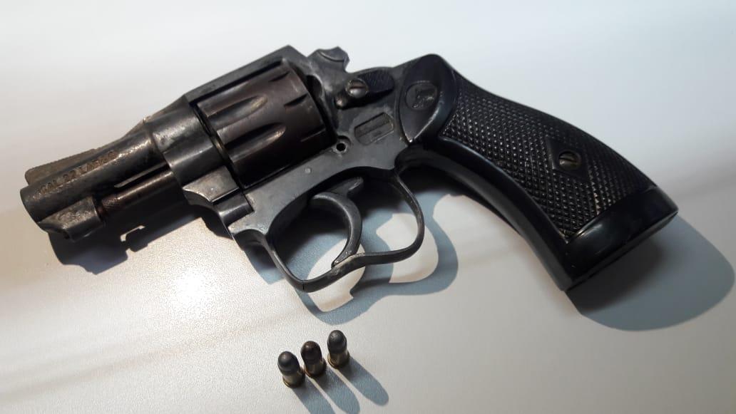 PM prende homem por porte ilegal de arma de fogo em SMOeste