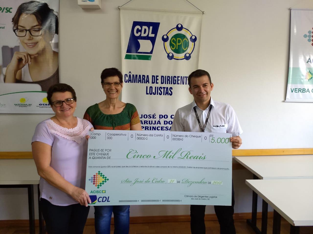CDL entrega prêmio para ganhadora da promoção Natal da Sorte