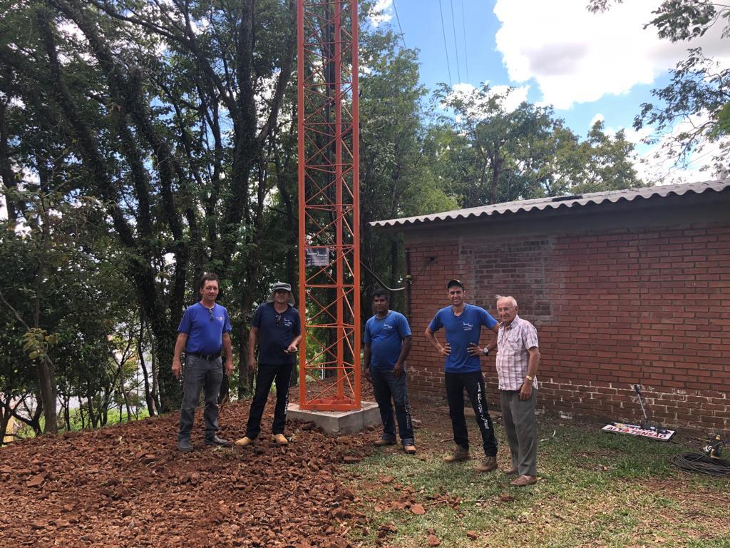 Equipe trabalha no sistema de aterramento das novas torres das emissoras afiliadas da Rede Peperi