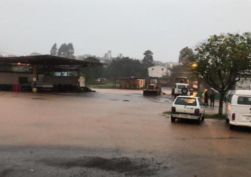 Chuva causa alagamentos e deslizamentos neste sábado no Oeste